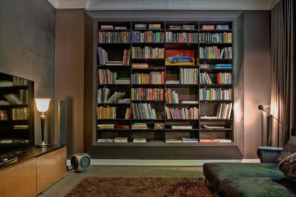Stadtvilla Hamburg, Wohnbereich/Bibliothek: Farbberatung, Gestaltung der Oberflächen (Wand und Möbel), Möbelierungskonzept, Entwurf und Umsetzung des schwebenden Regals