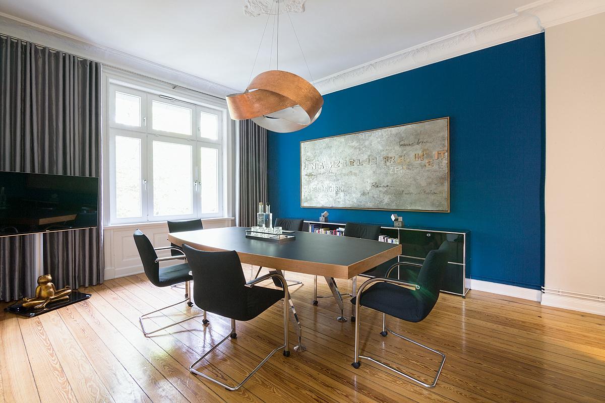 Stadtvilla Hamburg, Arbeitsbereich/Besprechungsraum: Farbberatung, Gestaltung der Oberflächen, Möbelierungskonzept, Licht (Entwurf und Lampenbau), Kunst (Bild)