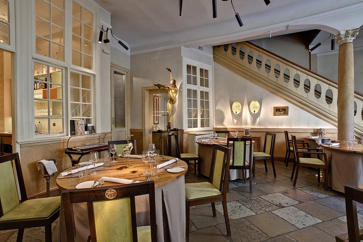 Restaurant Wullenwever Lübeck – Hauptraum: Farbberatung und Gestaltung der Wände, Möblierung Backer Möbel Lübeck